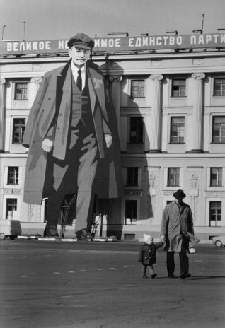 PORTRAIT-OF-LENIN-ON-THE-FACADE-OF-THE-WINTER-PALACE-FOR-MAYDAY-CELEBRATIONS-LENINGRAD-RUSSIA-1973-1-HM0030